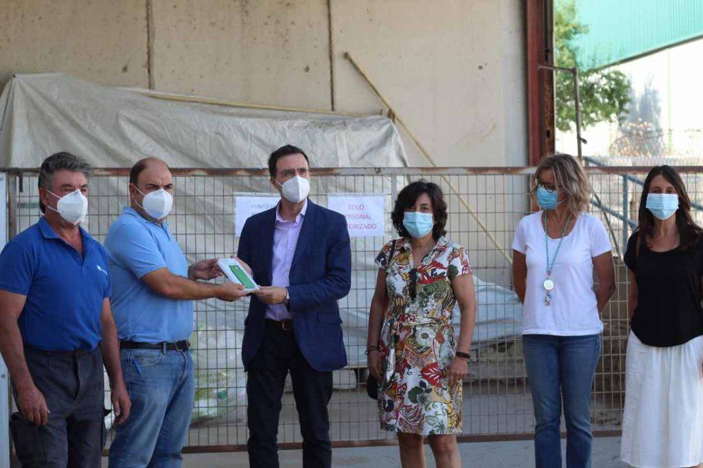 La familia Saz Anchuelo, junto a la presidenta de SIGFITO y al Director General de Economía Circular de Madrid